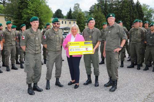 Militärische Hilfe für krebskranke Kinder Bedienstete des Jägerbataillons 8 in Salzburg verzichteten auf Abschiedsgeschenke und spendeten 2.000 Euro an die Salzburger Kinderkrebshilfe